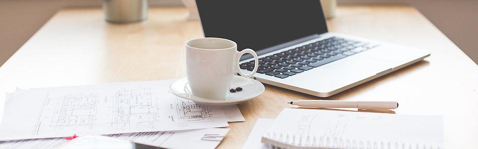 Schreibtisch mit Macbook